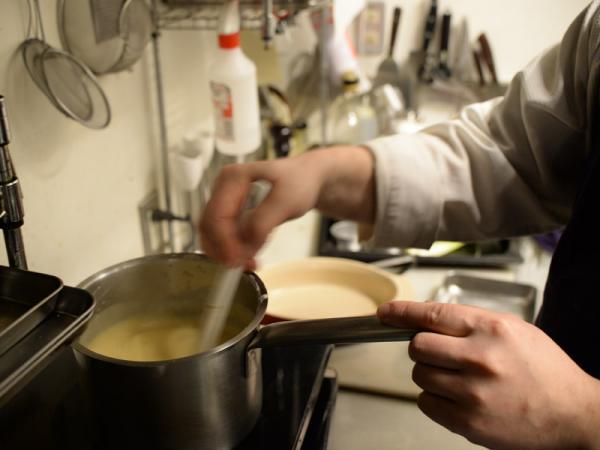熱した牛乳を丁寧にかき混ぜる