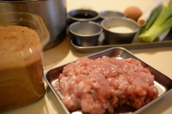 「月見ダンゴ汁」の材料。手前にあるのがウサギ肉
