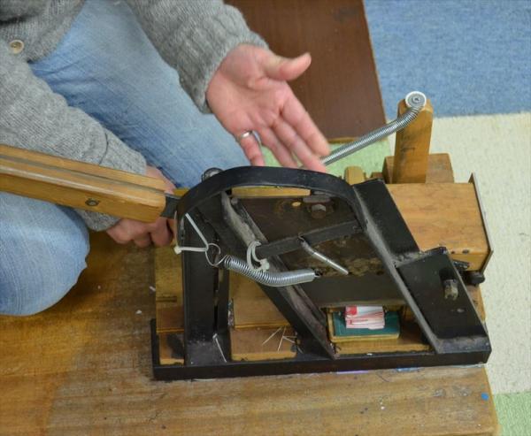 扇子の地紙の余分な部分をカットする装置。順久さんの「発明品」