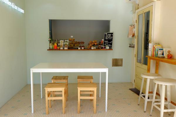 清潔感のあるイートインスペースにはテーブル席とカウンター席が用意されている