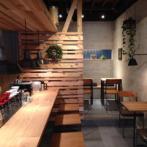 店内。木張りの壁はスタッフが色を塗ったハンドメイド。優しい色合いに心が落ち着く。(写真提供:珈の香)