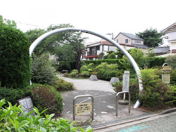 「天沼もえぎ公園」にある「ときのオアシス」。時の門をくぐって園内へ