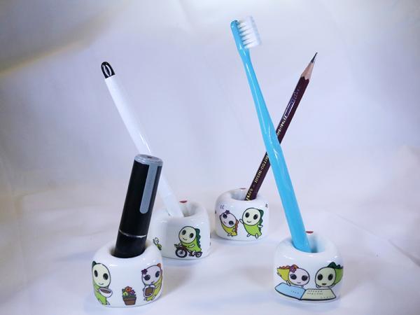 ペンなどの筆記用具、歯ブラシや印鑑など、好きな物を立てられる