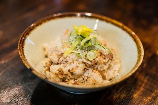 黄ニラがアクセントの「混ぜご飯」。過去にはラーメンのほかに3杯食べた人もいる