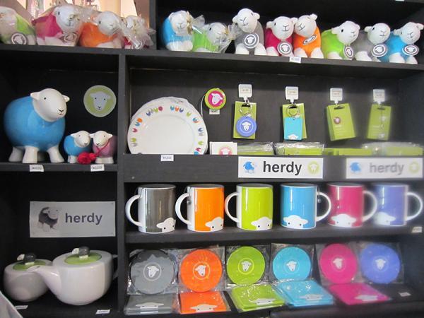 イギリスの湖水地方特有のハードウィック種の羊のキャラクター「herdy」(ハーディ)のグッズ。ベビー用品も販売している