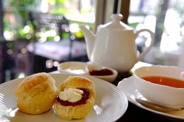 紅茶にスコーンでイギリスのティータイム気分を。ポットの紅茶はカップ3杯分