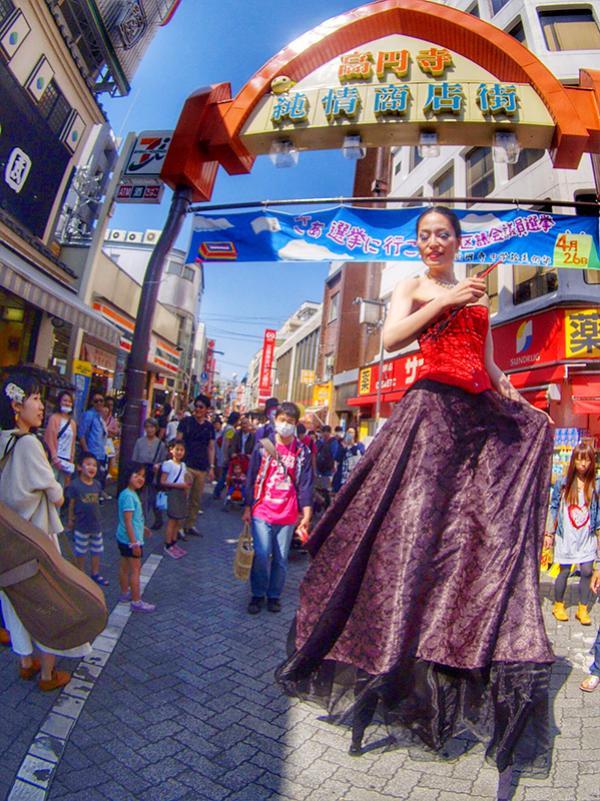 ウォーキングアクトのパフォーマーが商店街をかっぽする(写真撮影:須永真紀)
