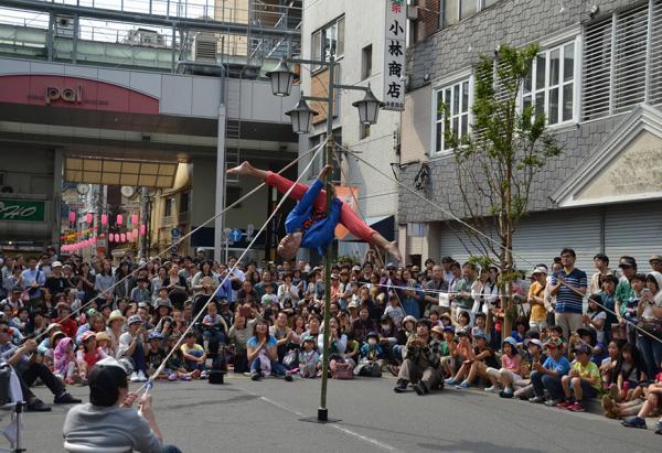 観客がパフォーマンスの一部を手伝うこともある(写真撮影:倉田睦)