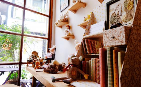 作りつけの棚は手作り。和やかな雰囲気を演出してくれる