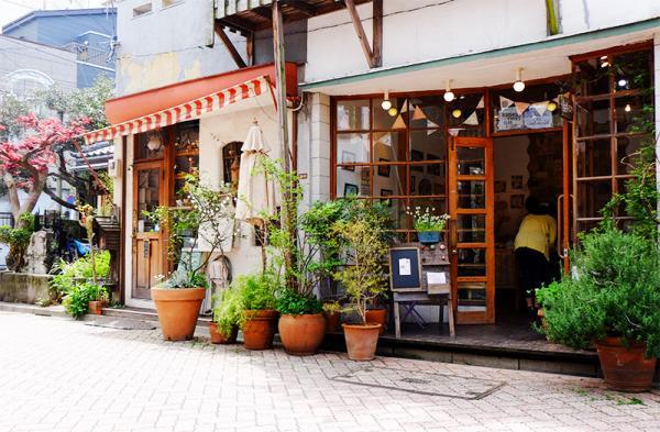 両隣は雑貨店とカフェ。高円寺あづま通り商店街の人気スポットの一つだ