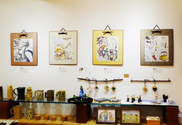 イラストや陶器など、さまざまなジャンルの作品が並ぶ