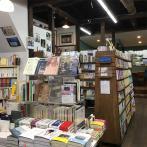 木の温かみのある店内。奥にカフェスペースがあり、オリジナルブレンドのコーヒーやジュース、ワインのほか、フレンチトーストなどをいただける