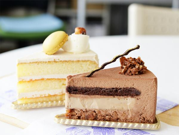 手前が「イグレック」。アールグレーのブリュレの周囲を、ミルクチョコレートのムースが包む。奥はバタークリームを使った「プラリネバタークリームケーキ」(350円)