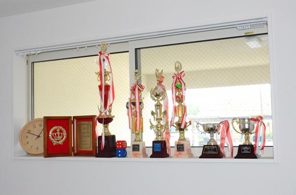 髙橋さんがこれまでに獲得した数々のトロフィ。時計の右が中学時代に優勝したとき、千葉市から授与された盾