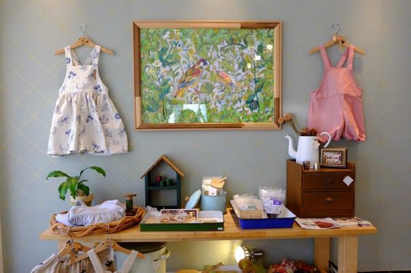 アーティストとして活躍する娘の庄島歩音さんの作品が飾られる店内。各種イベントなどで知り合った作家の作品なども販売している