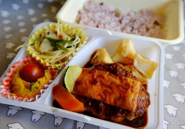 ある日の日替わり弁当。弁当は欧風惣菜を盛り合わせた「ラシェット」と、各国の惣菜が入った「コパン」の2種類がある。どちらも680円。ご飯は白米と五穀米から選べる